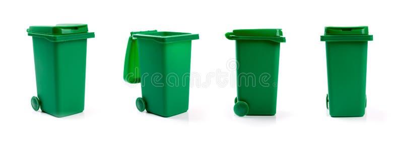 Escaninho waste do wheelie verde isolado no branco imagem de stock