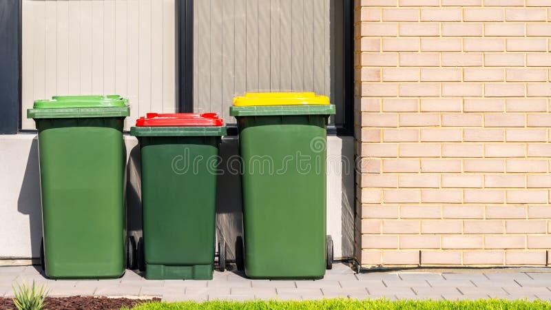 Escaninhos australianos do wheelie da casa ajustados no jardim da frente imagens de stock