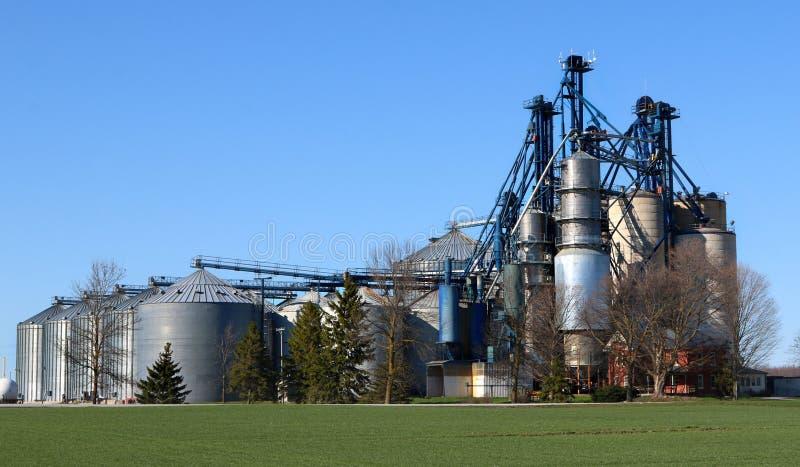 Escaninhos de armazenamento agrícolas do metal da alimentação imagens de stock royalty free