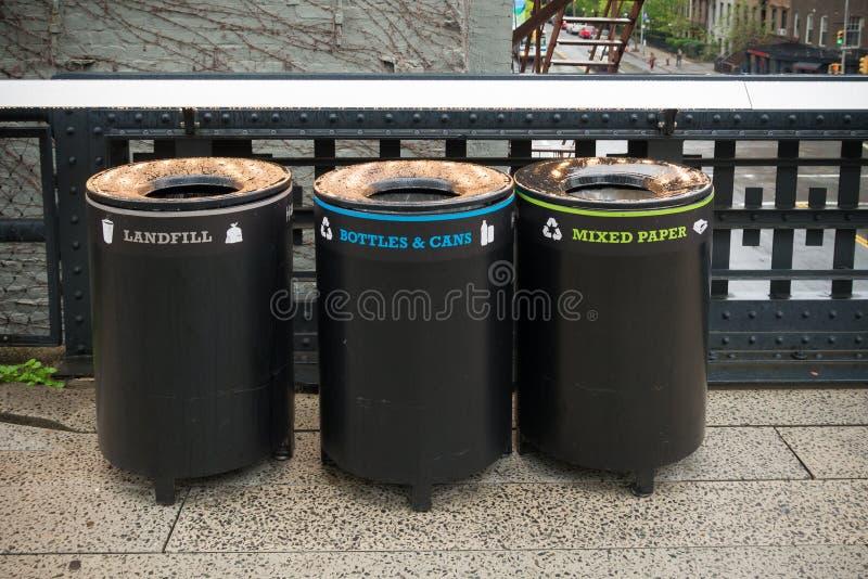 Escaninhos de lixo em New York fotos de stock
