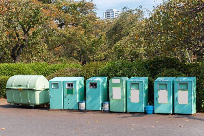 Escaninhos de lixo na rua da cidade, Tóquio, Japão Quadro para o texto Copie o espaço para o texto fotografia de stock