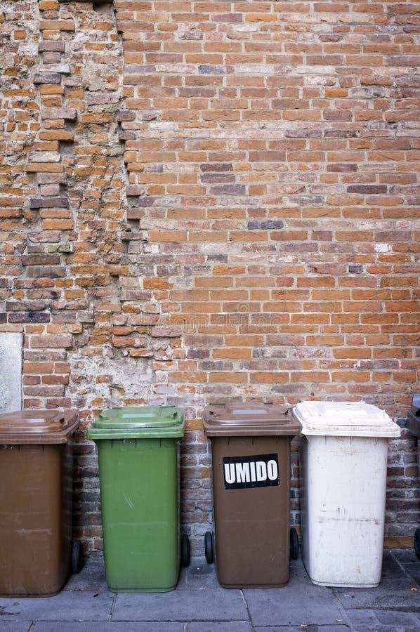 Escaninhos de lixo urbanos Imagem da cor fotos de stock royalty free