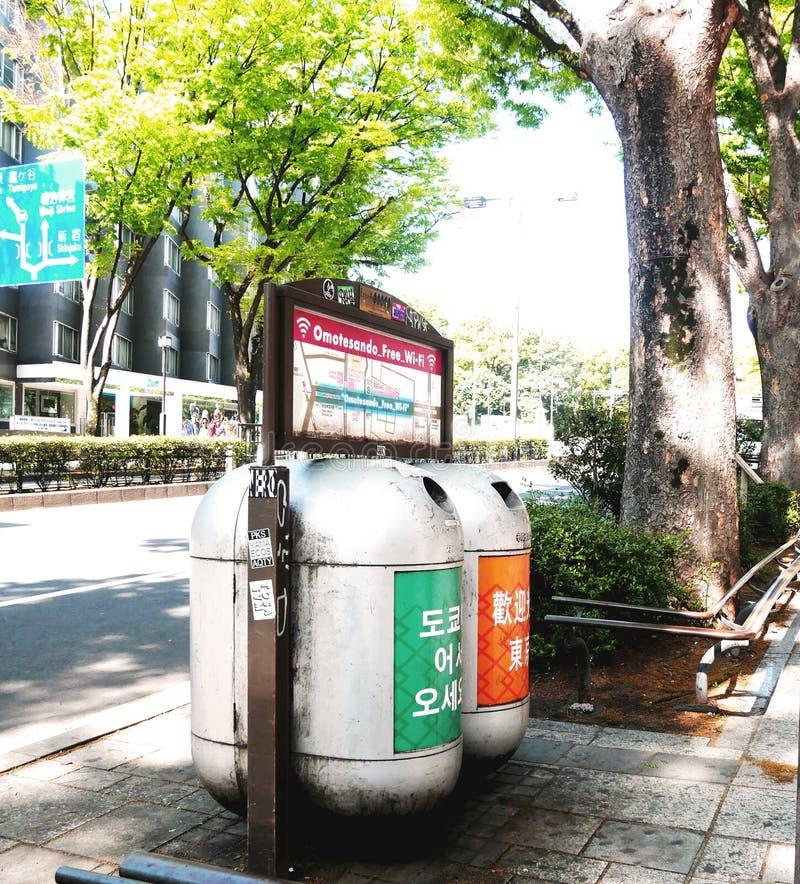 Escaninhos de reciclagem de Droid no Tóquio fotografia de stock royalty free