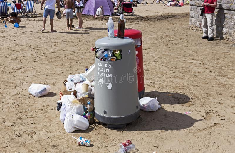 Escaninhos de transbordamento dos desperd?cios fotos de stock