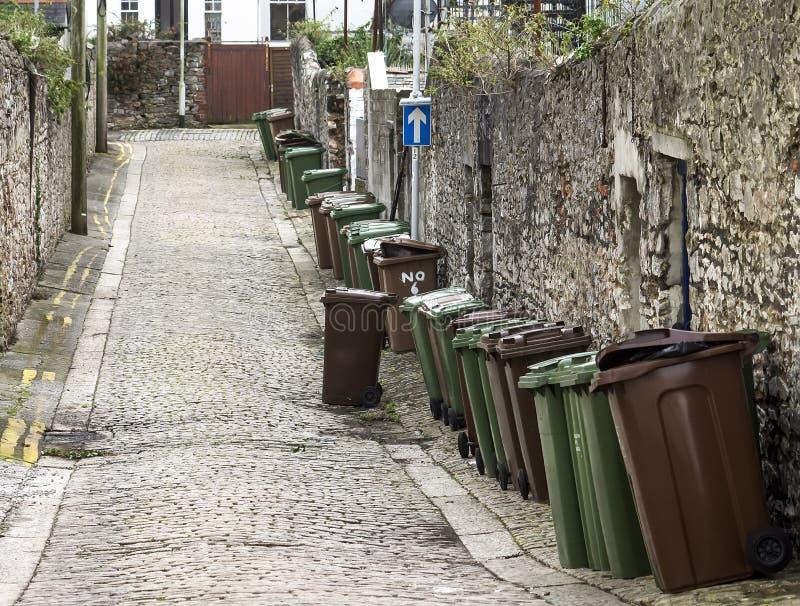 Escaninhos do Wheelie na rua inglesa foto de stock