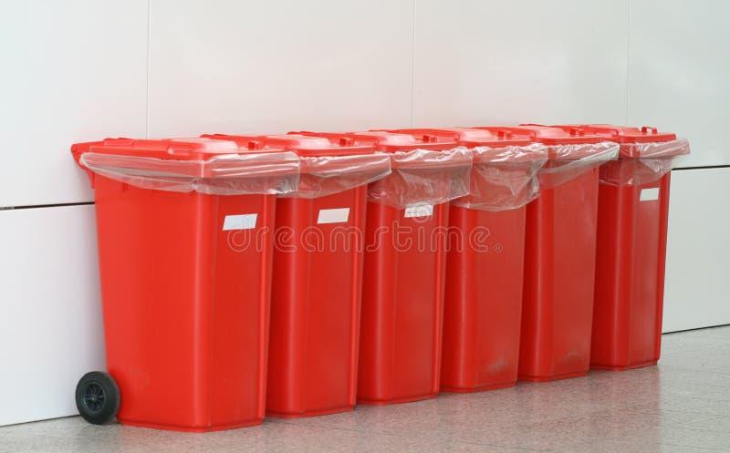 Escaninhos plásticos vermelhos fotografia de stock