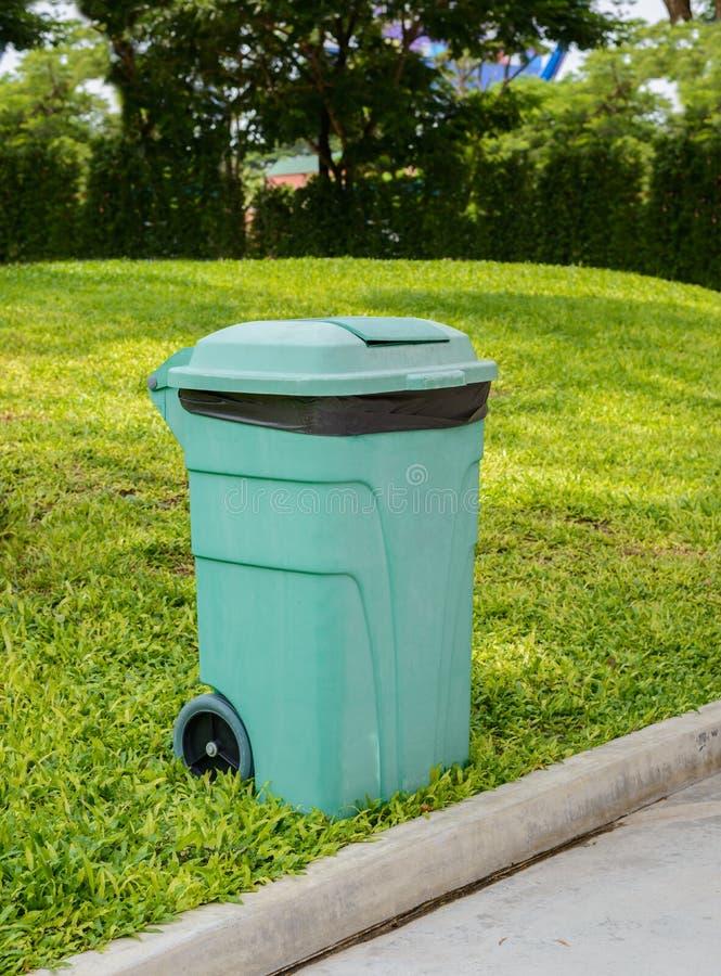 Escaninhos verdes do Wheelie para produtos orgânicos gerais do desperdício e do jardim foto de stock