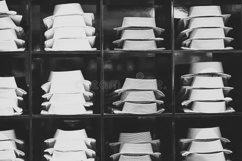 Escaparate con las camisas masculinas imágenes de archivo libres de regalías