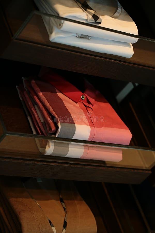 Escaparate con las camisas masculinas a cuadros foto de archivo libre de regalías