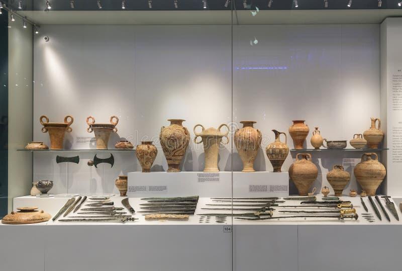 Escaparate de artefactos en el museo arqueológico en Heraklion, Creta, imagen de archivo libre de regalías