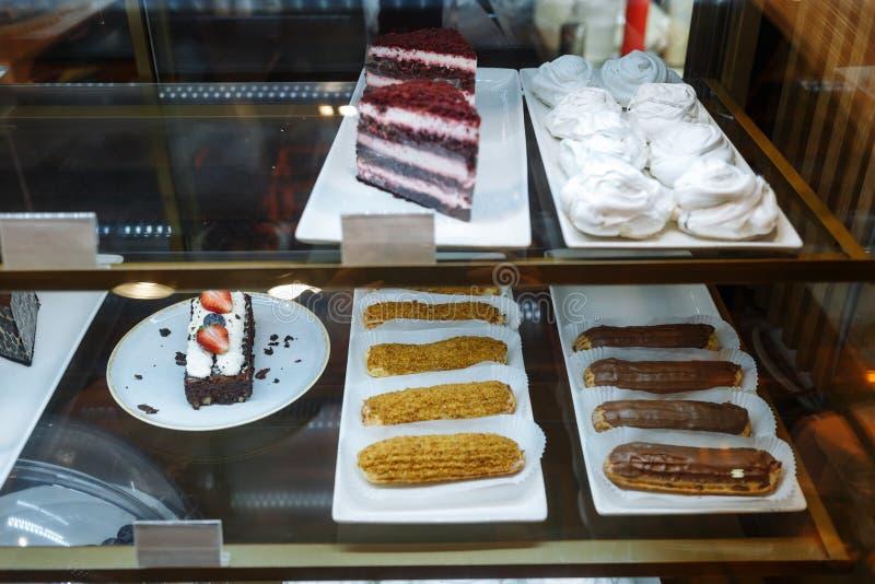 Escaparate de cristal con pasteles en el restaurante fotos de archivo libres de regalías