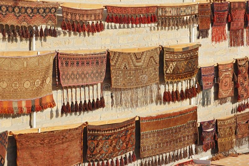 Escaparate de la pared con las alfombras tradicionales viejas foto de archivo libre de regalías