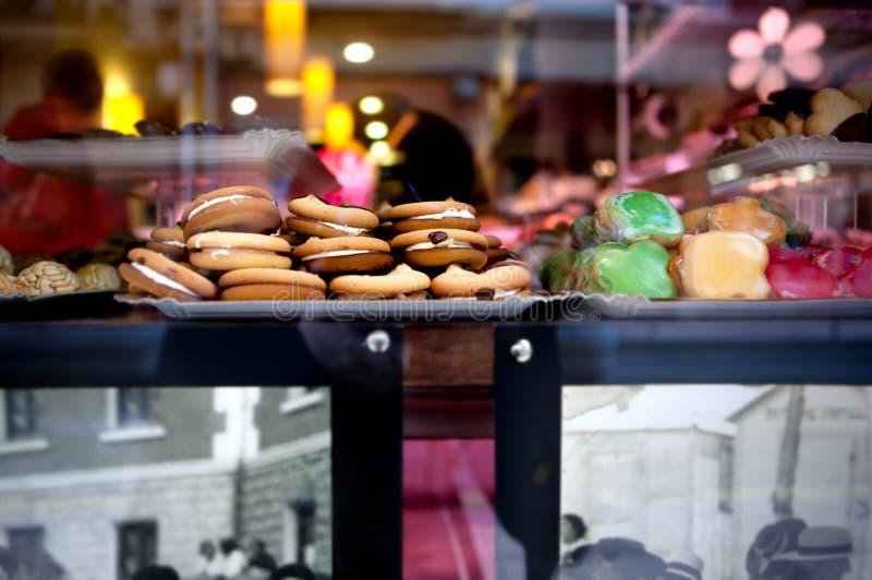 Escaparate de las galletas Muestre la tienda de pasteles con una variedad de pasteles y de molletes fotos de archivo
