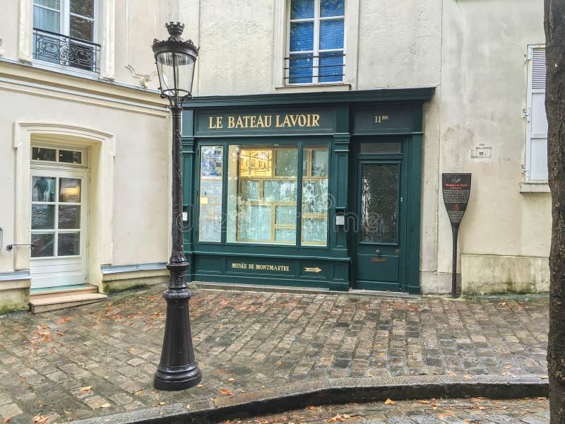 Escaparate de Le Bateau Lavoir en el sitio de los estudios históricos de los artistas en Montmartre, París, Francia fotografía de archivo