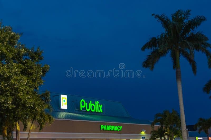 Escaparate de Publix en la noche fotos de archivo libres de regalías