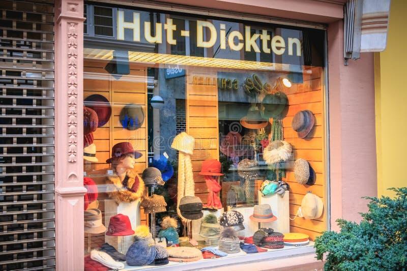 Escaparate de una tienda de sombrero en el centro de ciudad de Freiburg-im-Breisgau fotos de archivo libres de regalías