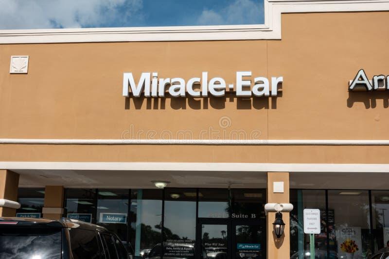 Escaparate del oído del milagro en un centro comercial foto de archivo