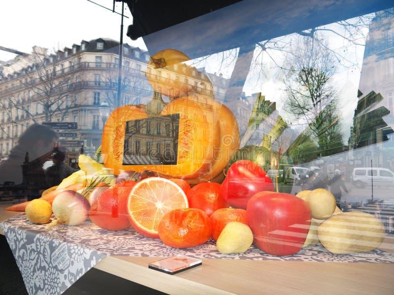 Escaparate gastrónomo en la tienda París de Printemps Haussmann fotografía de archivo libre de regalías