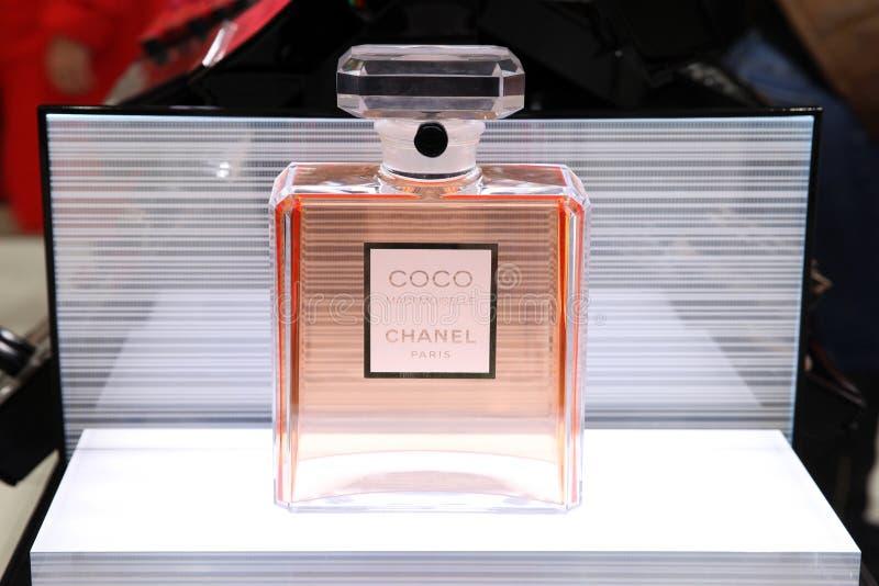 Escaparate hermoso Chanel con una botella enorme de Coco Mademoiselle del perfume mosc? 20 03 2019 fotografía de archivo