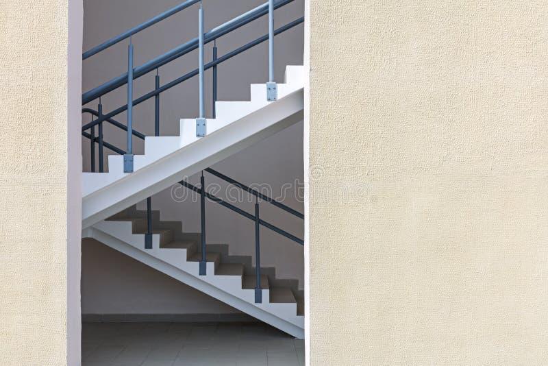 Escape da escadaria ou de fogo da saída de emergência do prédio de apartamentos fotos de stock