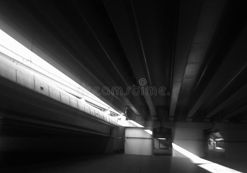 Escape ligero dramático bajo fondo del puente de la ciudad imagen de archivo