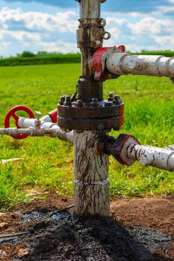 Escapes de óleo bruto na estação de bombeamento para o óleo e o gás natural poluição do solo, ecologia, dano ao meio ambiente foto de stock