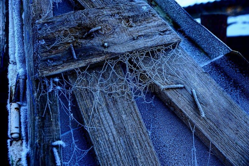 Escarcha en los tableros de madera clavados a un pedazo de hierro imagen de archivo libre de regalías