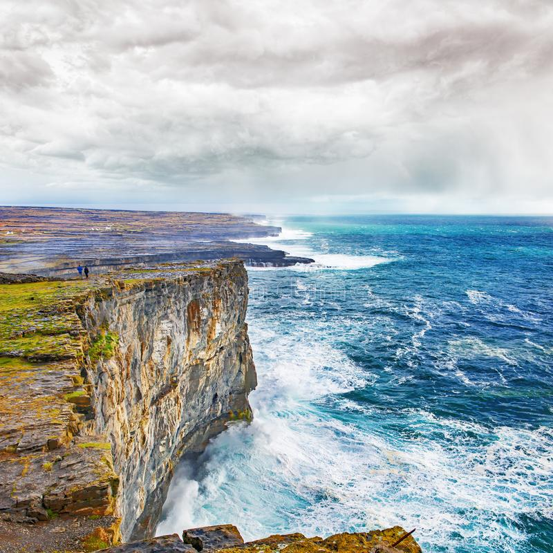 Escarpement et bord de la mer dans Connemara image libre de droits