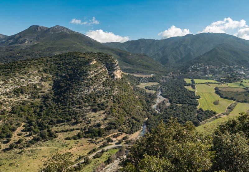 Escarpment i rzeki dolina przy Patrimonio w Corsica obraz stock