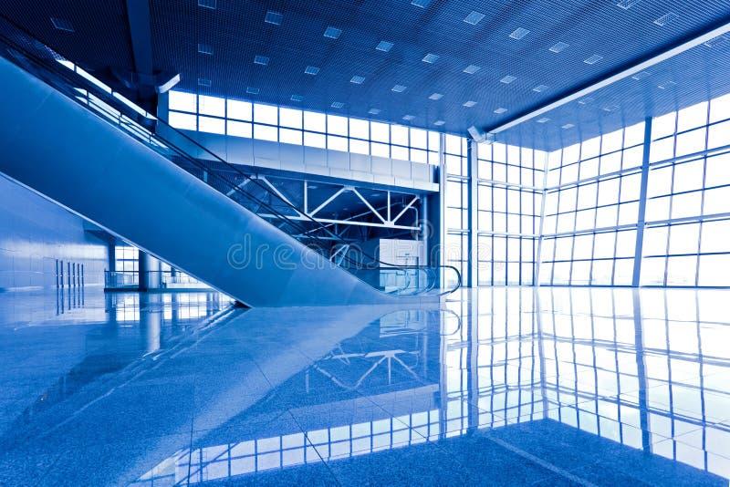 Escatator in blauwe zaal royalty-vrije stock afbeeldingen