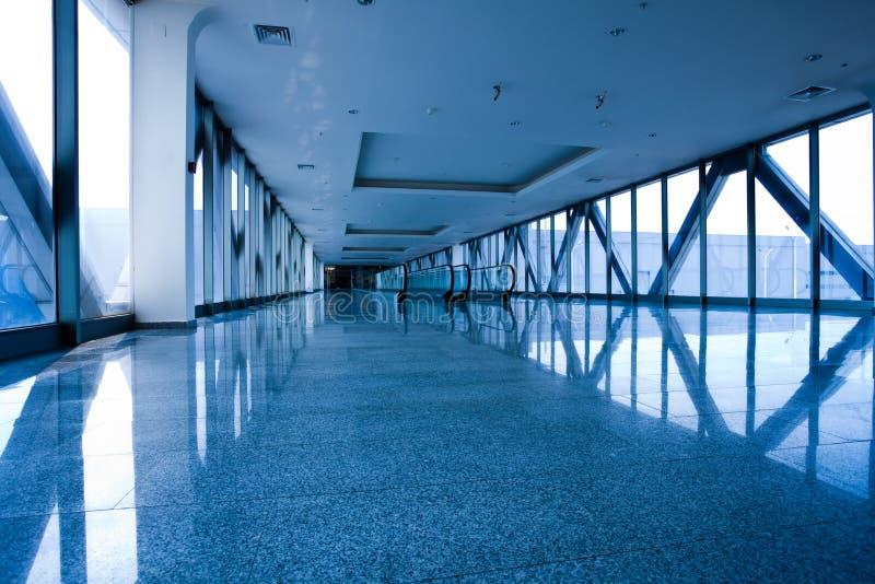 Escatator dans le hall bleu photographie stock libre de droits