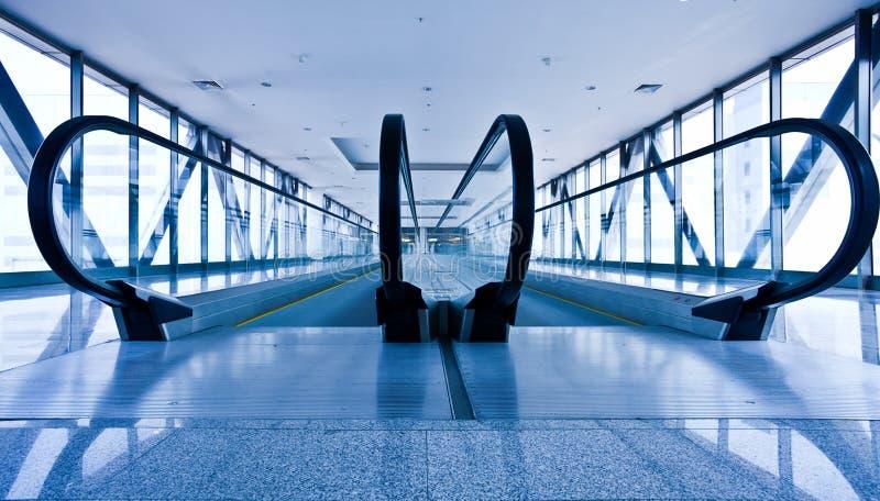 Escatator dans le hall bleu photos libres de droits