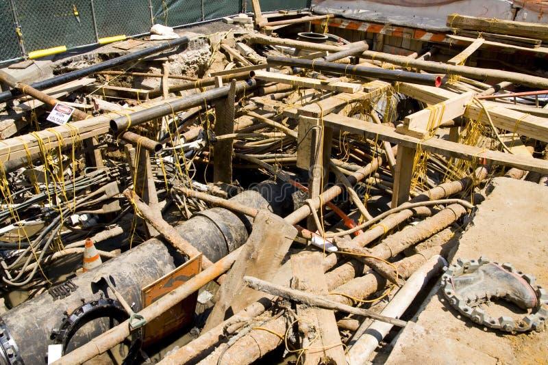 Escavação para canalizações e o cano principal de água elétricos fotos de stock