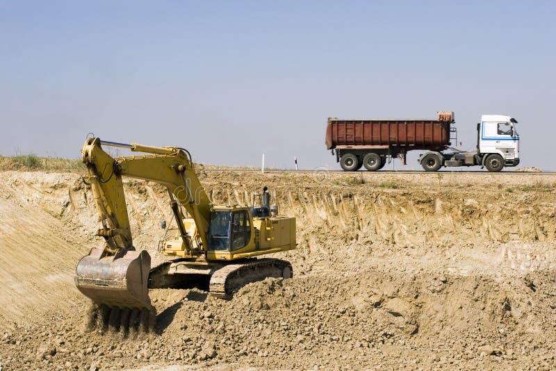 Escavador e caminhão fotos de stock royalty free