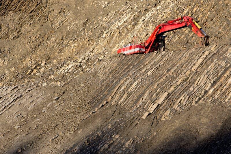 Escavador vermelho no pedra-poço imagens de stock royalty free