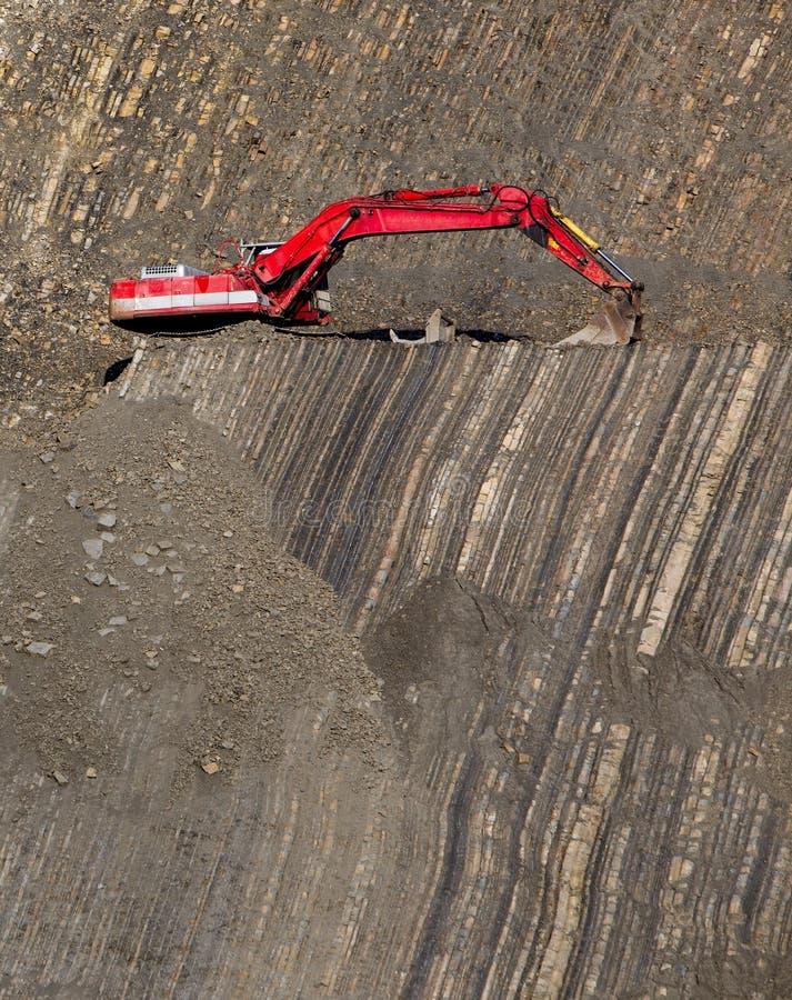 Escavador vermelho no pedra-poço fotos de stock royalty free