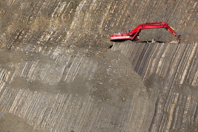 Escavador vermelho no pedra-poço imagem de stock royalty free