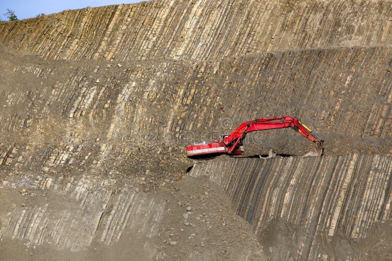 Escavador vermelho no pedra-poço fotografia de stock royalty free