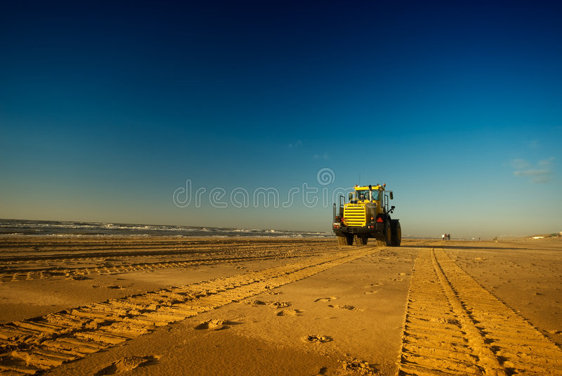 Escavadora na praia imagens de stock