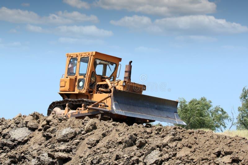 Escavadora que trabalha na estrada fotos de stock