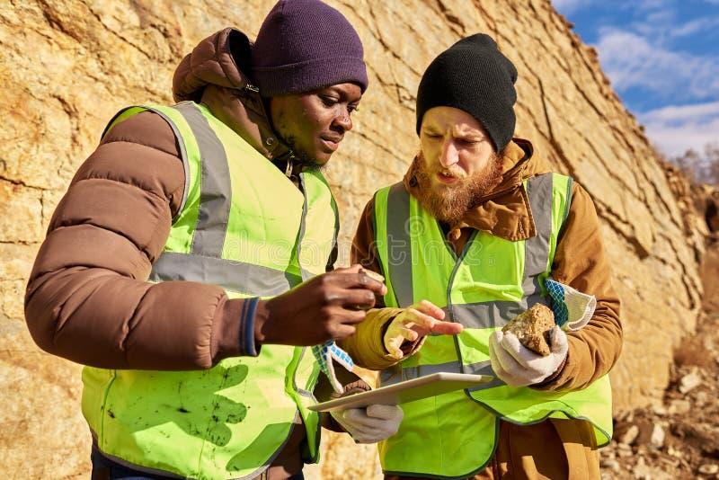 Escavadores que inspecionam o Worksite que procura por minerais foto de stock