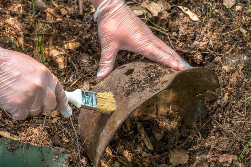 Escavando na floresta o capacete alemão M35 imitation Recuperação WW2 Rússia imagem de stock royalty free