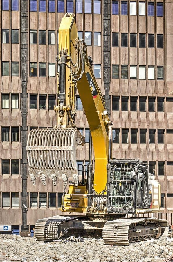 Escavatore al cantiere di demolizione immagini stock libere da diritti