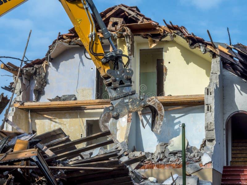 Escavatore che demolisce una casa immagine stock libera da diritti