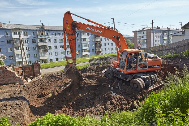 Escavatore che woking sul sito di constraction fotografie stock libere da diritti