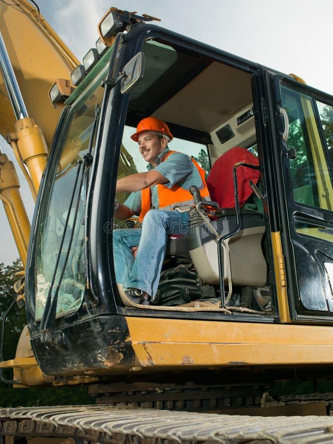 Escavatore di funzionamento del lavoratore maschio fotografia stock