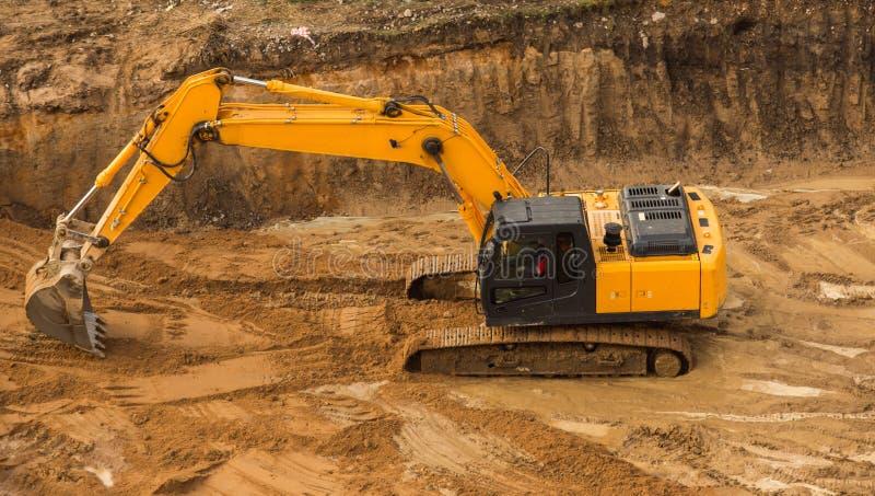 Escavatore funzionante Tractor Digging una fossa immagine stock