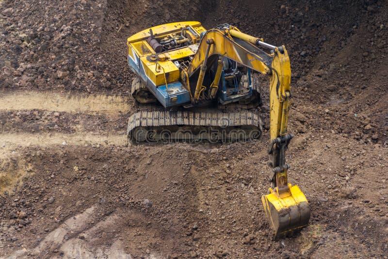 Download Escavatore giallo fotografia stock. Immagine di costruzione - 30830270