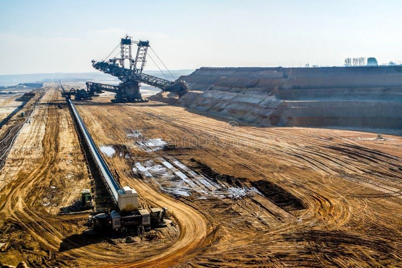 Escavatore gigante in miniera a cielo aperto fotografia stock libera da diritti