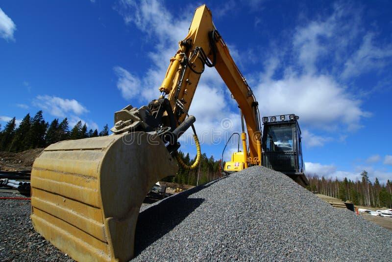 Escavatore idraulico contro cielo blu immagine stock libera da diritti